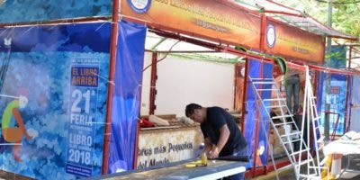 Personal trabajaban en el  montaje de stand y pabellones en Feria del Libro. Félix de la Cruz