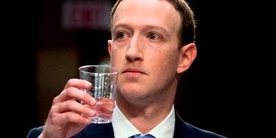 El director general de Facebook Mark Zuckerberg testifica ante las comisiones de Comercio y Justicia del Senado en el Capitolio, el martes 10 de abril de 2018. (AP Foto/Andrew Harnik)