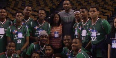 Al Horford junto a miembros de un equipo de baloncesto juvenil de República Dominicana.