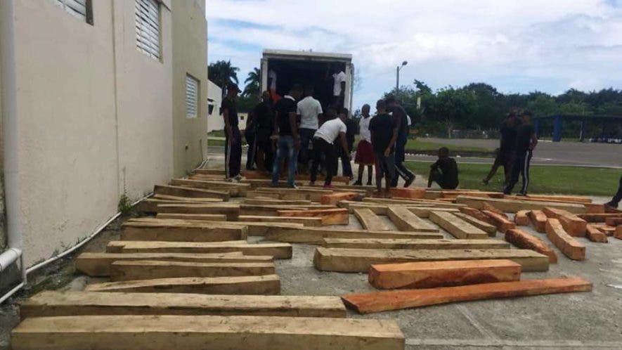 militares-de-la-base-aerea-de-puerto-plata-incuatan-cargamento-de-madera-y-decenas-de-indocumentados-haitianos