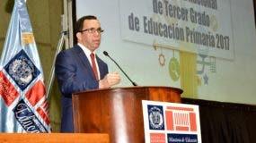 Andrés Navarro, ministro de Educación, habla durante la presentación del estudio.
