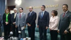 El presidente de la JCE, Julio César Castaños Guzmán, junto a Tony Raful y otros miembros de la Comisión Organizadora de la Convención del PRM.