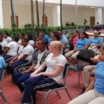 Parte de los estudiantes del liceo Padre Emiliano Tardif de Villa Mella escuchando la charla de prevención de choques de tránsito.
