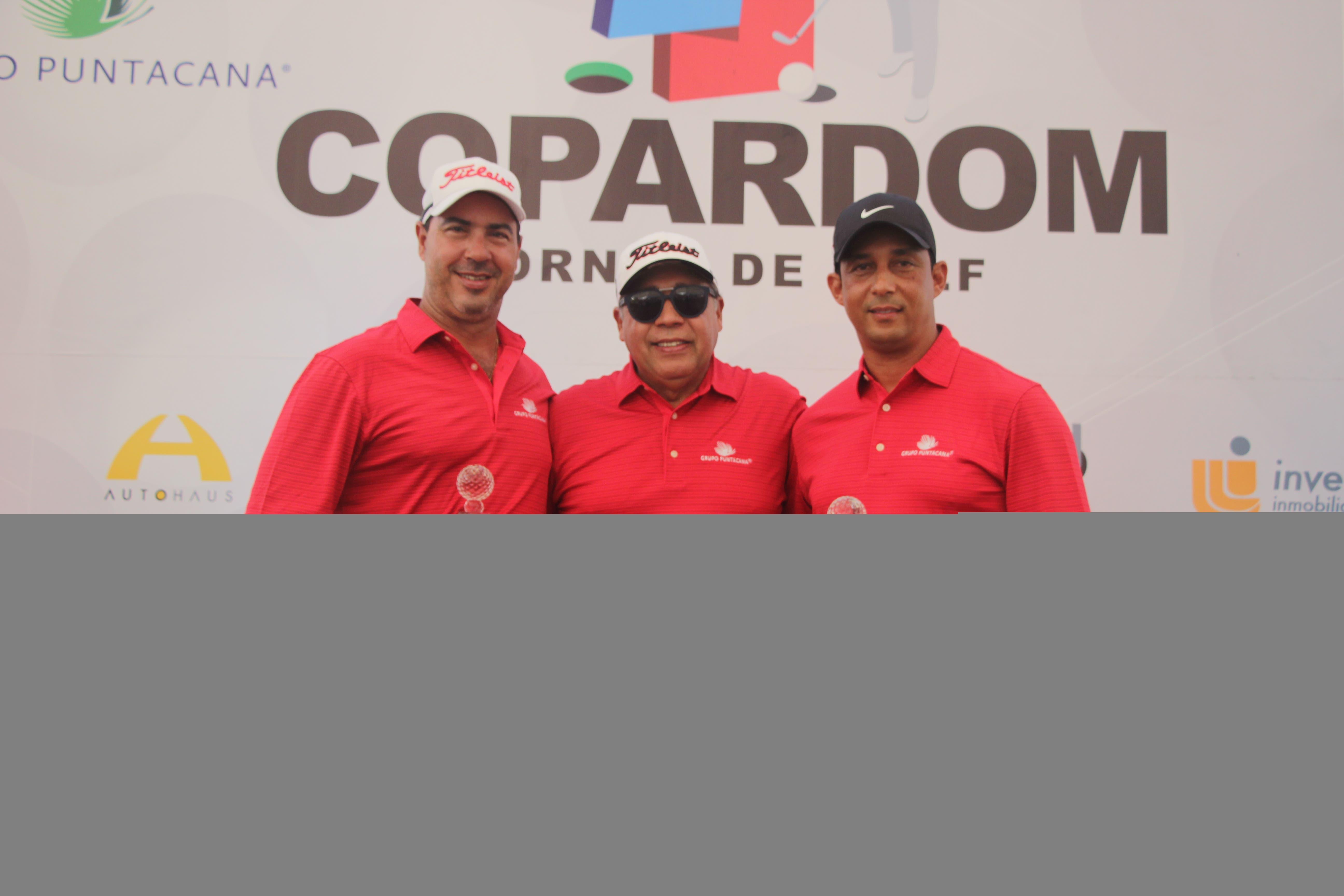 Presidente de COPARDOM (al centro), Fermin Acosta, con los ganadores Marcel Olivares (izquierda) y Cesar Rodríguez (derecha).