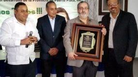 Teo Veras recibió un reconocimiento de parte de la Cooperativa  de Ahorros, Créditos y Servicios Múltiples para el Desarrollo de la provincia de Puerto Plata (COOPDEPOP), por su larga trayectoria y aportes a la comunicación.