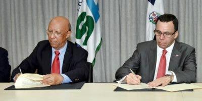 De izquierda a derecha, el rector de la Universidad ISA, Benito Abad Ferreiras Rodríguez, y el ministro de Educación, Andrés Navarro