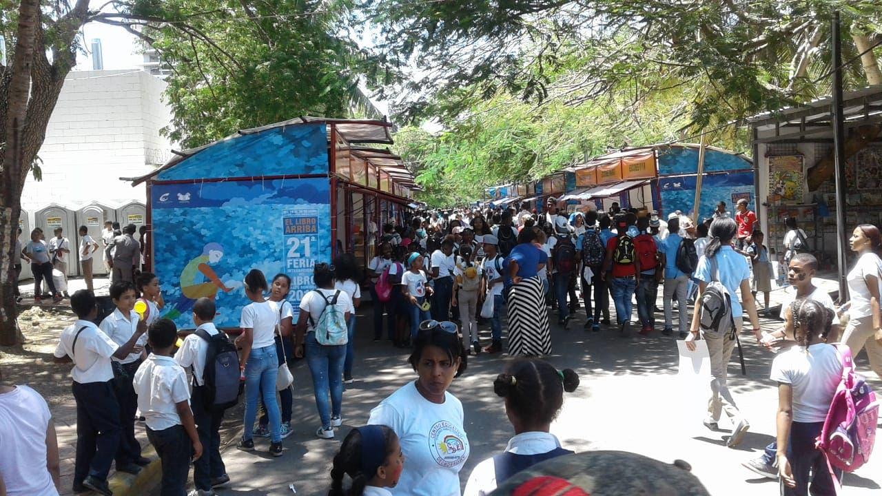 Cientos de visitantes de la Feria del Libro quedan impresionados con las nuevas tecnologías de República Digital.
