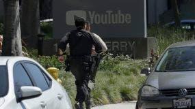 Agentes policiales avanzan hacia las oficinas de YouTube en San Bruno, tras recibir un reporte del tiroteo en el edificio.