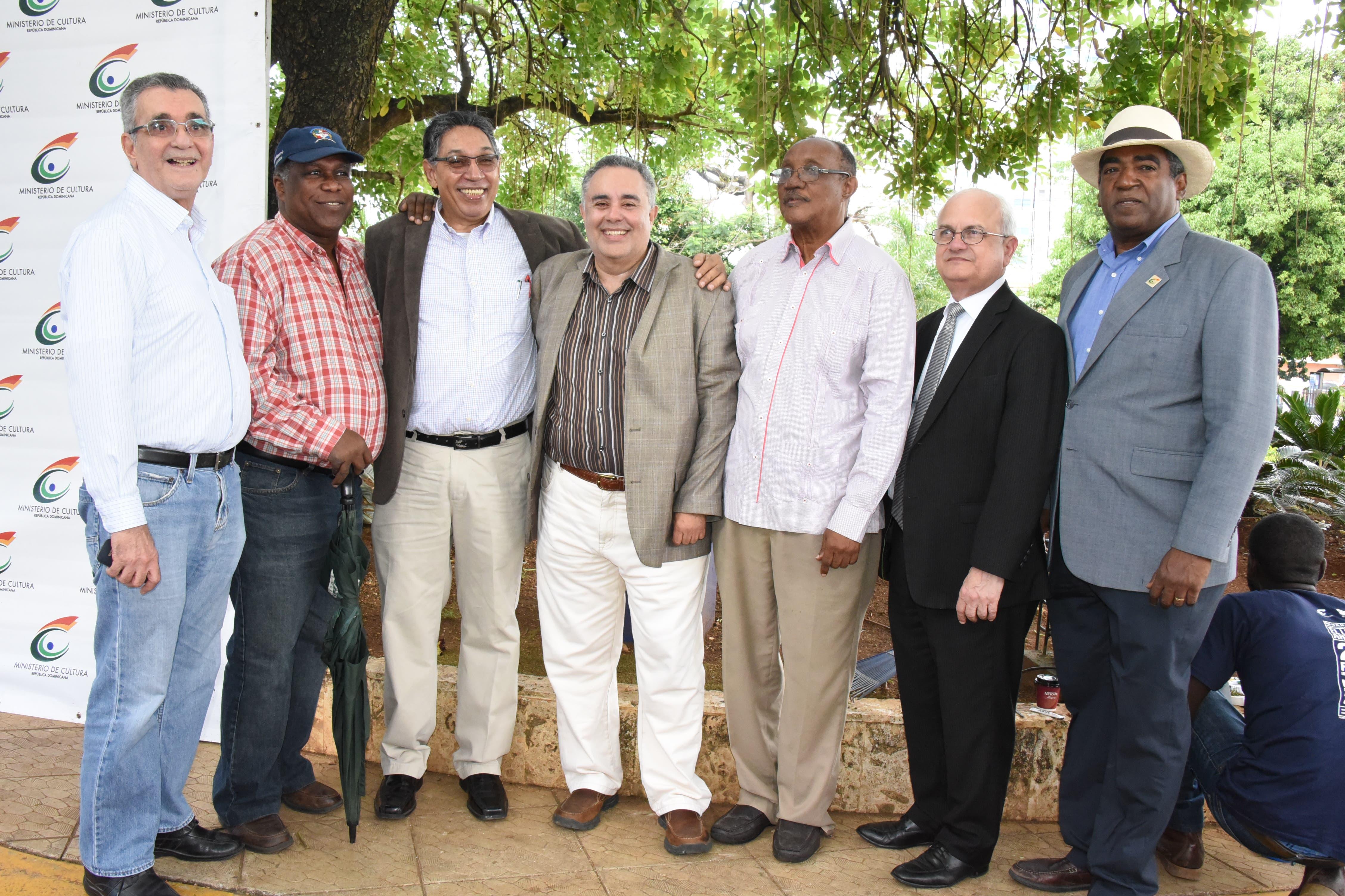 Aquiles Julián junto a familiares, amigos, escritores y allegados.