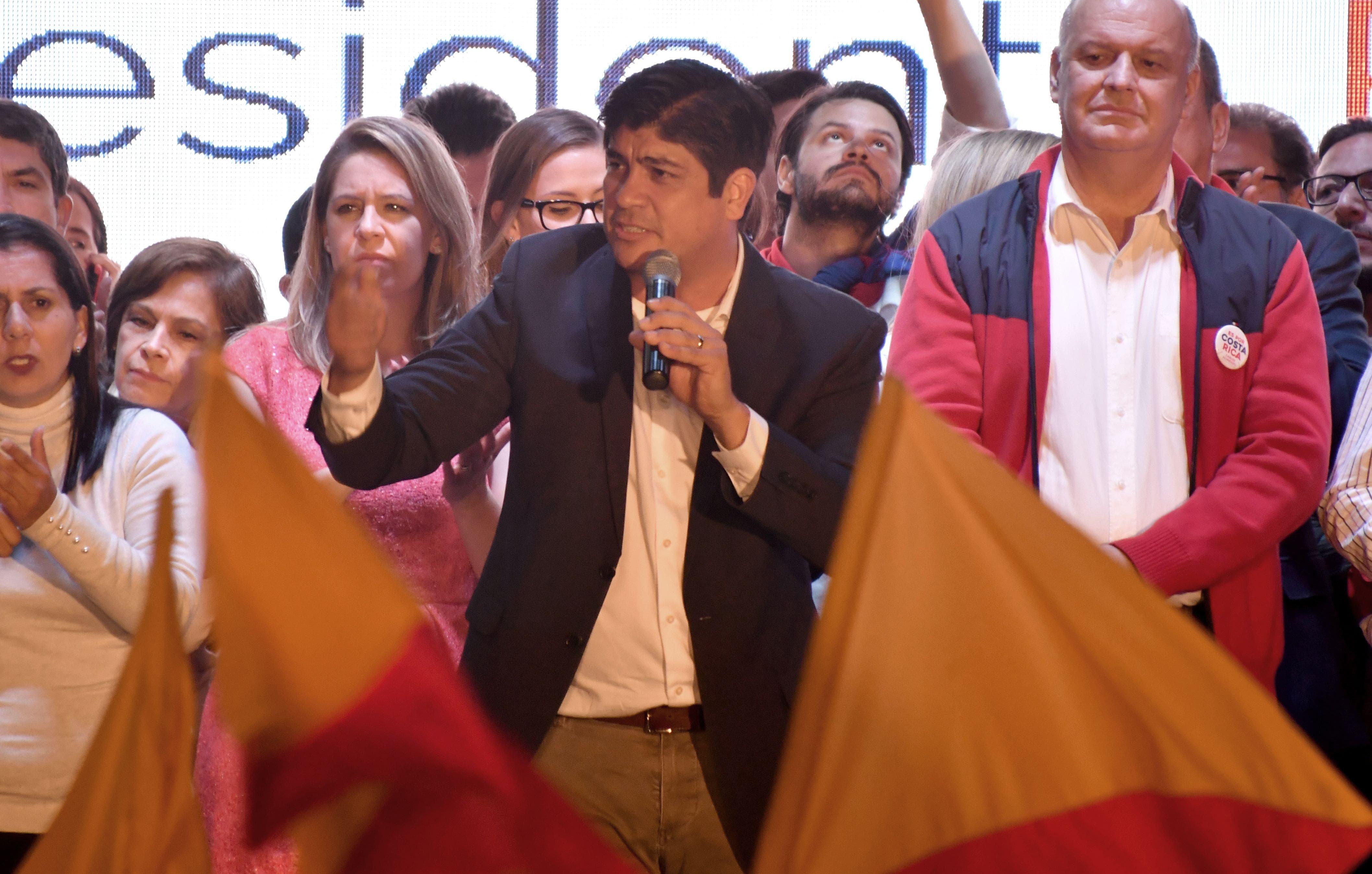 El candidato presidencial del gobernante Partido Acción Ciudadana (PAC) de Costa Rica, Carlos Alvarado, celebra la victoria con simpatizantes en San José el 1 de abril de 2018. AFP