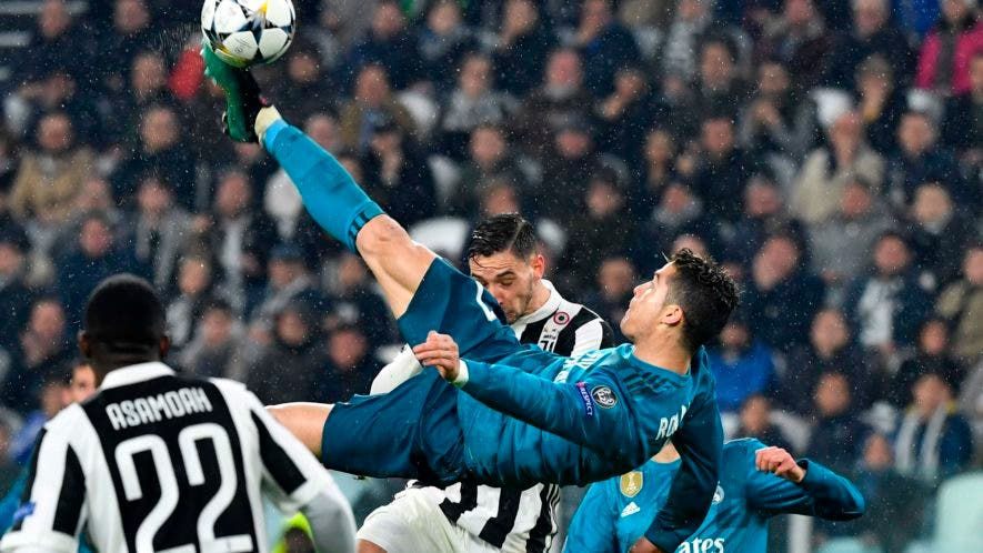 El delantero portugués del Real Madrid Cristiano Ronaldo (C) patea y anota durante el partido de ida de cuartos de final de la UEFA Champions League entre la Juventus y el Real Madrid en el estadio Allianz de Turín el 3 de abril de 2018. AFP