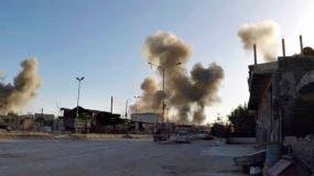En esta imagen cortesía de los Cascos Blancos de la Defensa Civil Siria, cuyos contenidos han sido autenticados por AP, se muestran las columna de humo después de un ataque aéreo de las fuerzas del gobierno sirio en la localidad de Duma, en la región de Ghouta oriental, al este de Damasco, Siria el sábado 7 de abril de 2018. (Syrian Civil Defense White Helmets via AP)