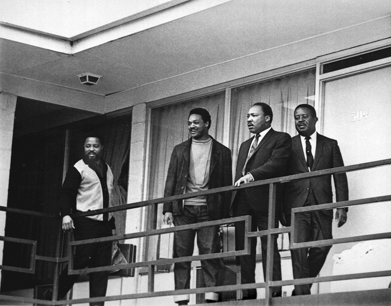 ARCHIVO - En estaz foto del 3 de abril de 1968, el reverendo Martin Luther King Jr. está junto con otros líderes de los derechos civiles en Estados Unidos en el balcón del Motel Lorraine en Memphis, Tennessee, un día antes de ser asesinado. (AP Foto/Charles Kelly)