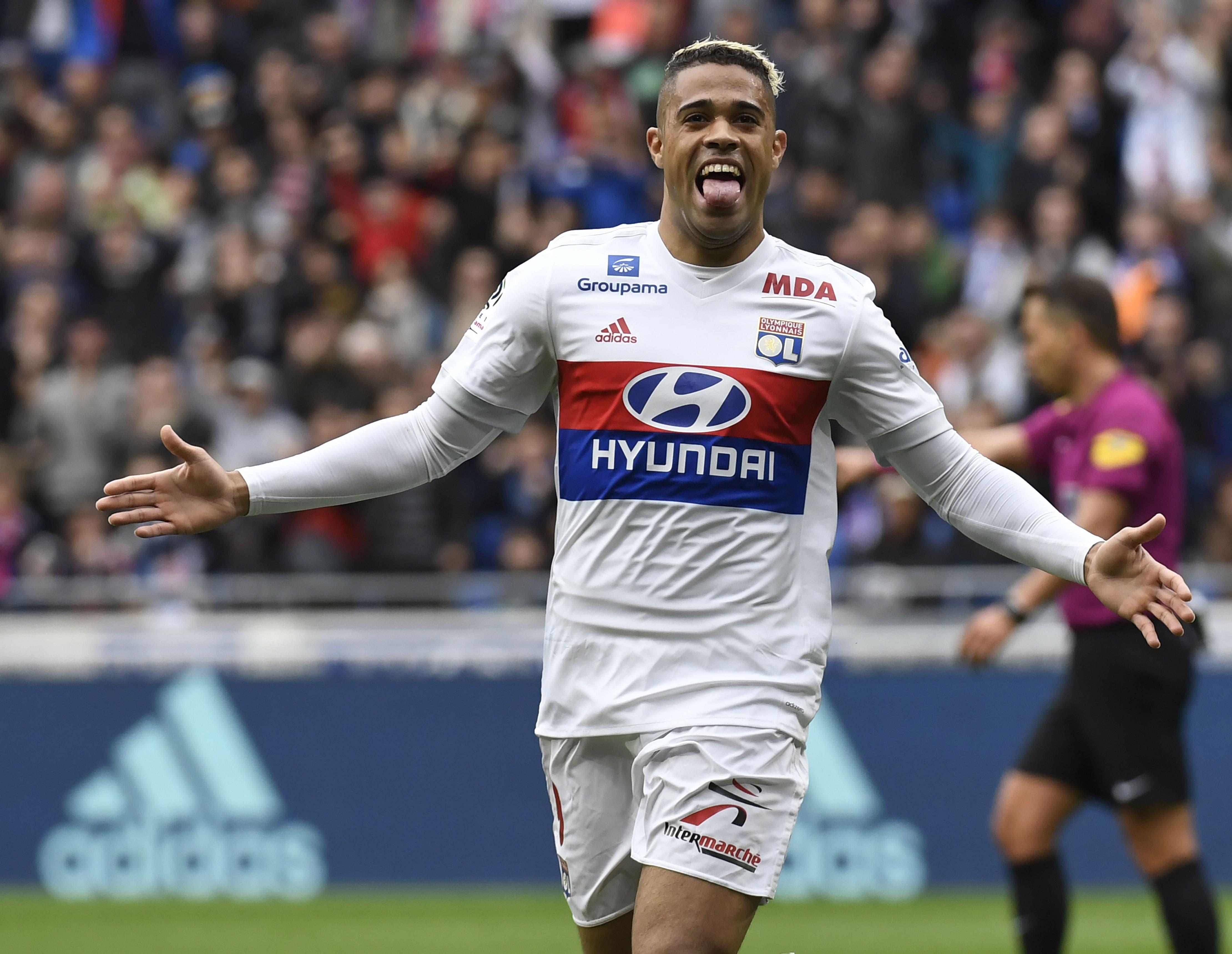El delantero español del Lyon, Mariano Díaz, reacciona después de anotar durante el partido de fútbol francés L1 entre el Olympique Lyonnais y el Amiens Sporting Club, el 14 de abril de 2018, en el estadio Groupama en Decines-Charpieu, cerca de Lyon, centro-este de Francia. AFP