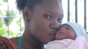 Joanna Ramírez Montero sostiene a su bebé luego que las autoridades lograran recuperarla.