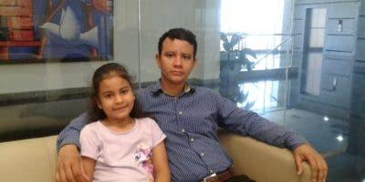 La niña Laura Patricia Díaz Melo junto a su padre Elvin Díaz Almonte.