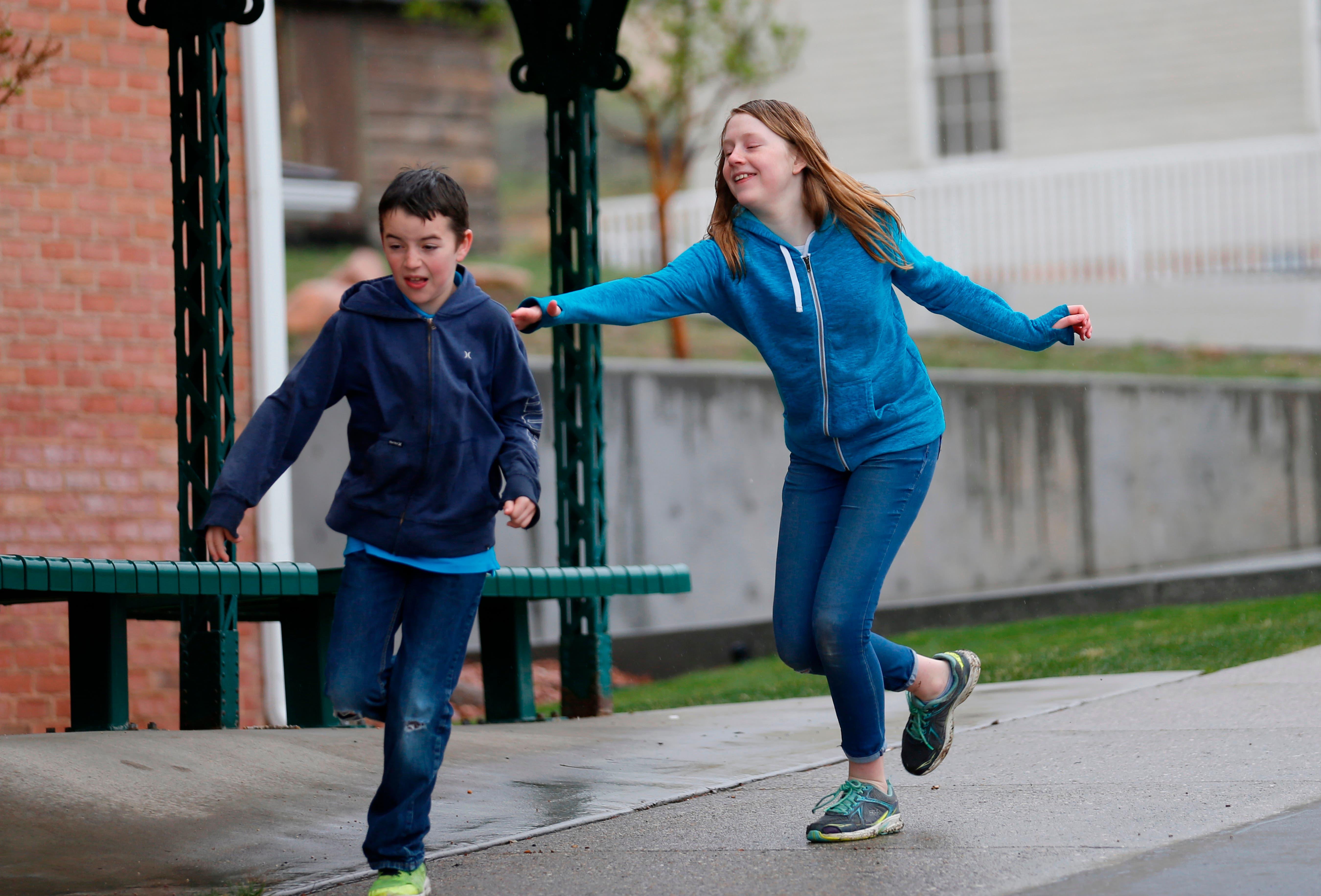 Caleb Coulter (izq), de 10 años, juega con su hermana Kendra, de 12, en un parque de Salt Lake City el 6 de abril del 2018. Una nueva tendencia alienta a los padres a dar más libertades a los menores para alentar su independencia, en lugar de programarles demasiadas actividades, sin dejar que se manejen por su cuenta. (AP Photo/Rick Bowmer)