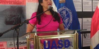 Patricia Solano habla durante la inauguración.