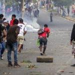Estudiantes chocaron con agentes antidisturbios cerca del Colegio Técnico de Nicaragua durante una protesta contra las reformas del gobierno en el Instituto de Seguridad Social (INSS) en Managua.