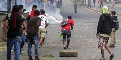 Estudiantes chocaron con agentes antidisturbios cerca del Colegio Técnico de Nicaragua durante una protesta contra las reformas del gobierno en el Instituto de Seguridad Social (INSS) en Managua el 21 de abril de 2018. AFP