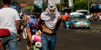 La gente empuja camiones con bienes después de saquear un supermercado durante las protestas contra las reformas del gobierno en el Instituto de Seguridad Social (INSS) en Managua el 22 de abril de 2018. AFP