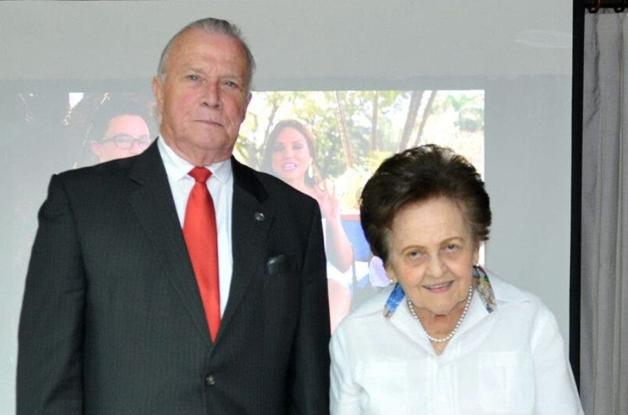 Arturo Pérez  y Mary Pérez de Marrazini.