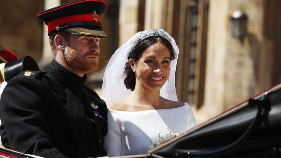 2. El príncipe Harry y Meghan Markle salieron a saludar a las multitudes congregadas en los alrededores del Castillo de Windsor en un carruaje real tras la ceremonia.