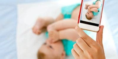 """El """"sharenting"""" hace que muchos padres muestren sin pudor ni medida fotos de sus bebés."""