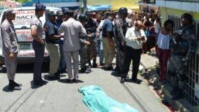 Miembros de la Policía y decenas de curiosos arroparon la escena del crimen.  Ana Marmol.