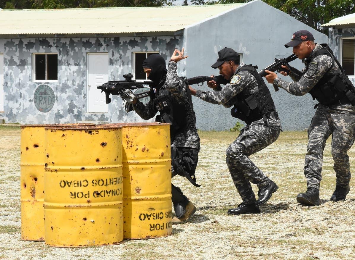 Oficiales  superiores mientras realizaban una exhibición sobre tácticas  y  rescate.