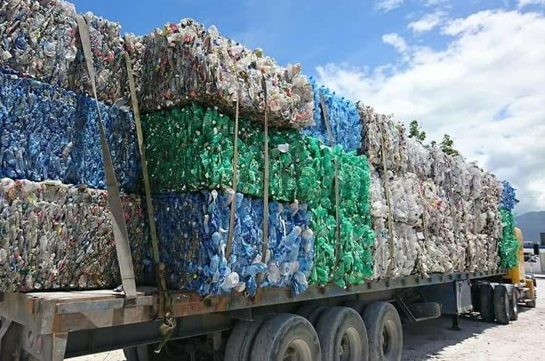 Patana con desechos fue retornada a Haití