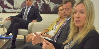 Gianluca Grippa . Dolores Romeo, René Pérez y Agnieszcka Osiecka durante su participción en el Almuerzo Semanal del Grupo Corripio. Ana Mármol.