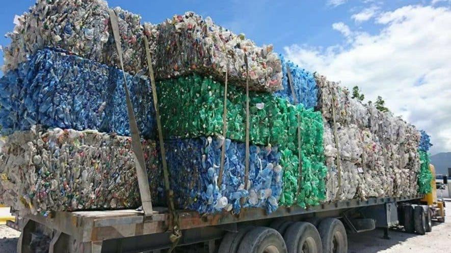 Patana con los desechos traídos de Haití a territorio dominicano.  TOMADO DEl portal  NURIA.COM