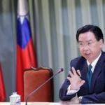 RIT05. TAIPEI (TAIWÁN), 01/05/2018. El ministro taiwanés de Relaciones Exteriores, Joseph Wu, habla durante una conferencia de prensa hoy, martes 1 de mayo de 2018, en Taipei (Taiwán). Wu anunció que República Dominicana va a cortar relaciones diplomáticas con Taiwán y va a establecerlas con China. EFE/Ritchie B. Tongo