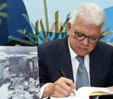 El actor durante la firma de su libro, luego del acto.