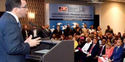 El ministro Andrés Navarro al encabezar el acto.