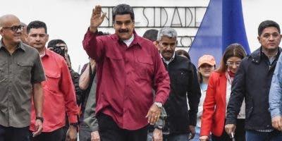 Nicolás Maduro cuando iba a depositar su voto ayer, en un proceso que debió enfrentar la oposición de sectores internos.  AP.