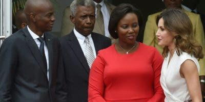 El presidente  Jovenel Moise y su  esposa conversan con la reina Letizia en Haití.  AP