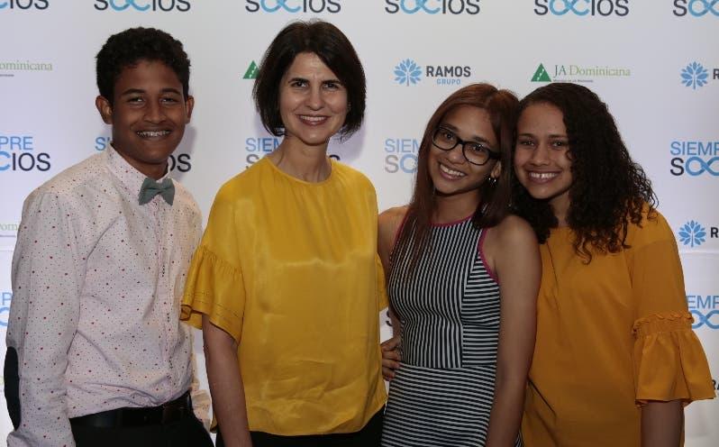 Mercedes Ramos junto a los jóvenes Steven Baldera, Carla Sosa y Claudia Pérez.
