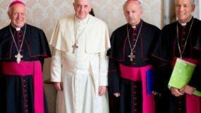 El papa Francisco concluyó ayer tres días de reuniones con los obispos de Chile.  AP.
