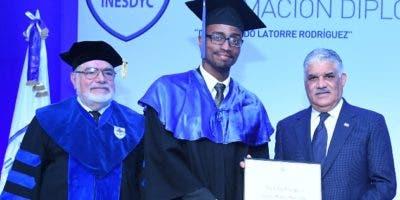 El canciller Miguel Vargas Maldonado en la  entrega de un  diploma del programa  de maestría.