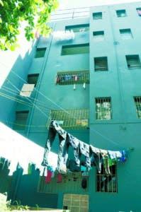 Dañando la visual de edificios, gentes secan ropas al exterior.