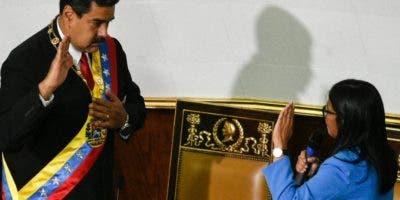 El presidente Nicolás Maduro jura para un nuevo periodo.