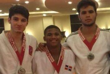 Los judocas dominicanos luego de la premiación.
