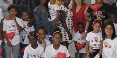 Mary Carmen Hazoury junto a padres y niños intervenidos.