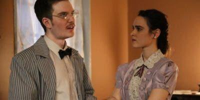 "Marianly Tejada en una escena de la obra ""Hedda Gabler""."