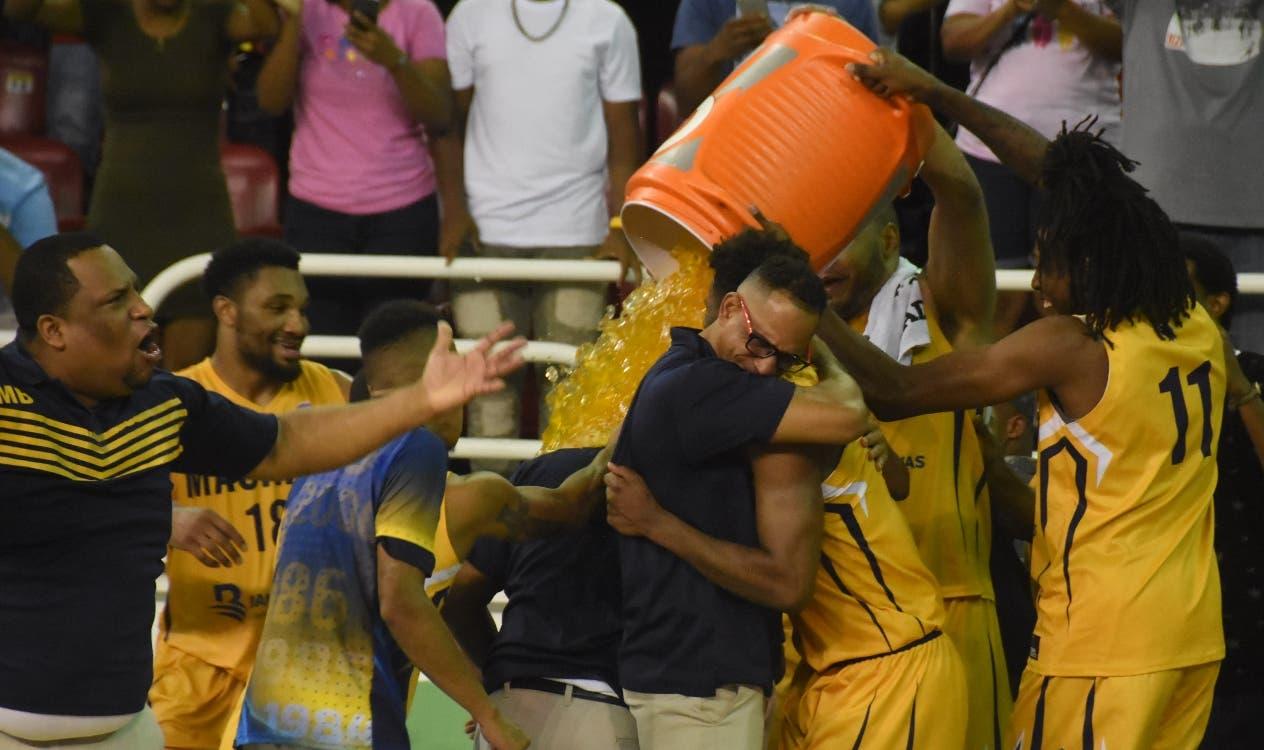 Jugadores y técnicos del Mauricio Báez celebran luego de derrotar al Rafael Barias.  Alberto calvo
