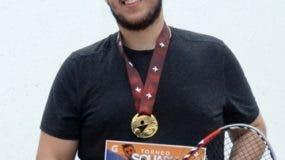 Manuel Toral exhibe su premio como ganador.