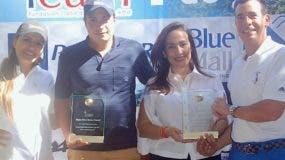 Domingo Bermúdez, padre e hijo,  reciben los trofeos como los campeones de la justa.