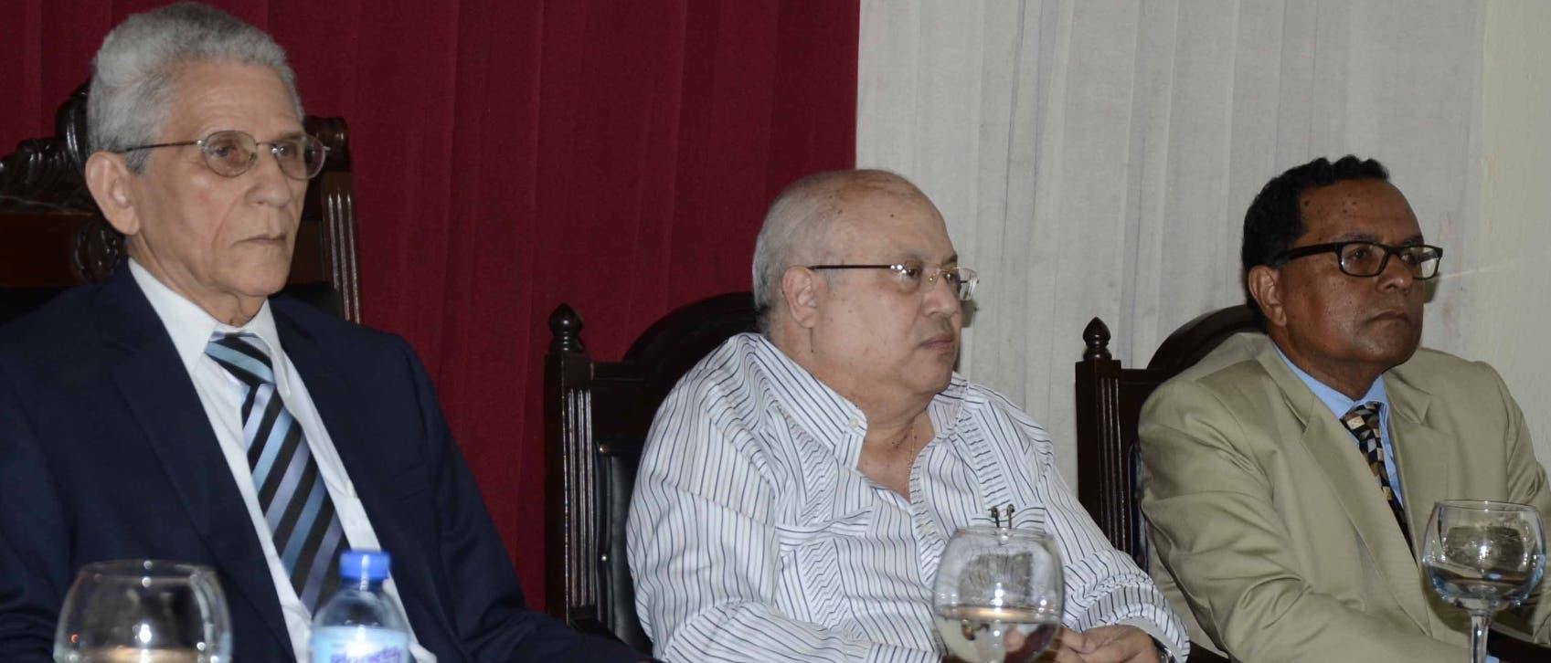"""Bruno Rosario Candelier, Orlando Gil y Rafael Peralta Romero en la presentación del """"Diccionario de Refranes Dominicanos""""."""
